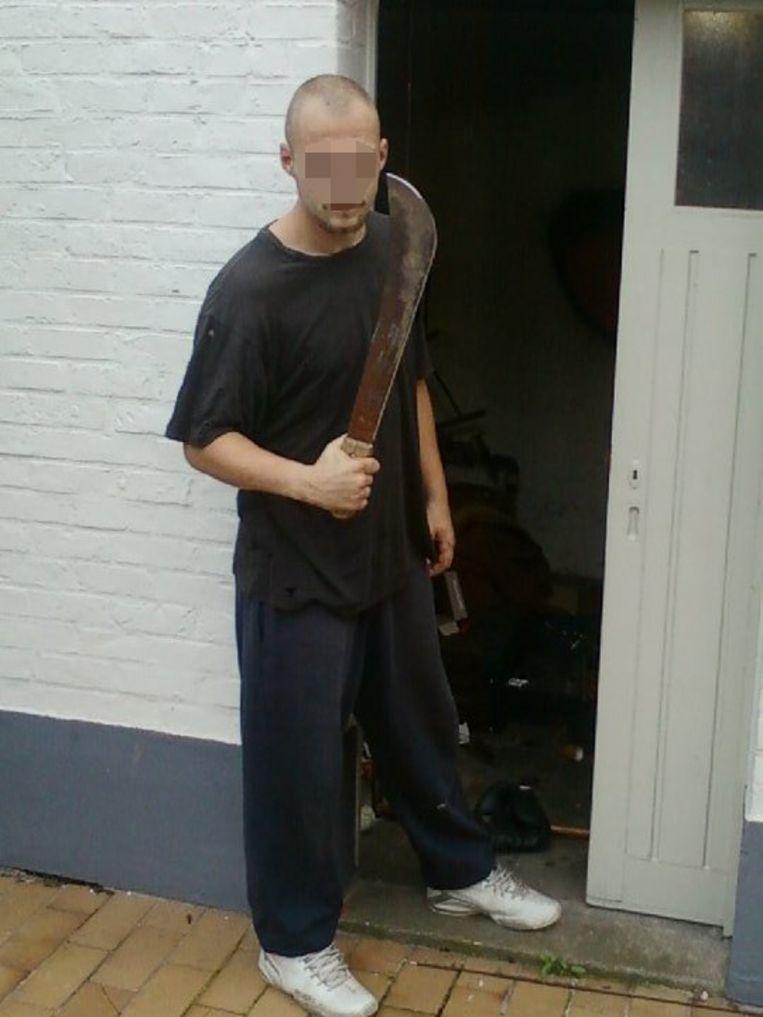 Koekelare - Kevin D. werd vrijgelaten uit de gevangenis. Bij de dodelijke raid in Torhout werden machetes gebruikt, waarmee hij hier poseert
