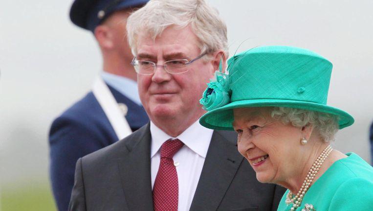 De Ierse vicepremier Eamon Gilmore ontmoet de Britse koningin Elizabeth. Beeld AFP