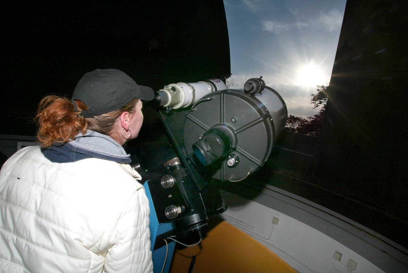 Een meisje kijkt bij sterrenwacht Sonnenborgh in Utrecht naar de zon met een Schmidt-Cassegrain telescoop.