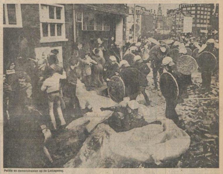 Politie en demonstranten op de Lastageweg, 8 april 1975. Beeld Het Parool