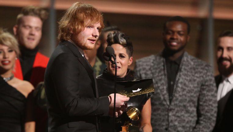 Ed Sheeran neemt de prijs voor Song of the Year in ontvangst. Beeld Matt Sayles/Invision/AP