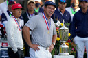 De Amerikaan Bryson DeChambeau met de beker na het winnen van de 120ste US Open op de Winged Foot Golf Club in Mamaroneck, New York.