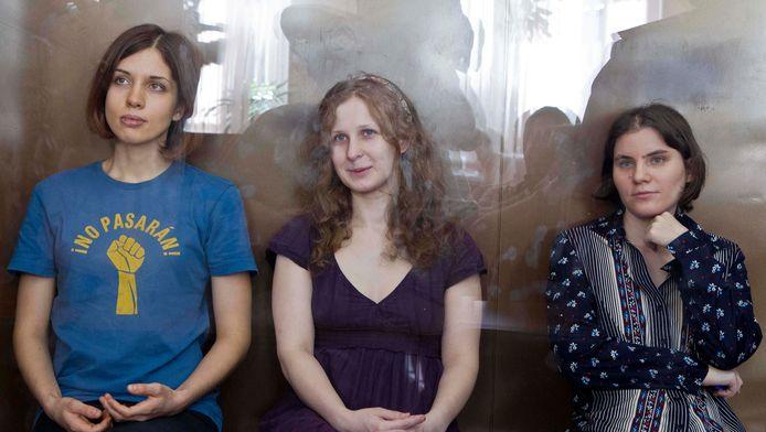 Bandleden Nadezhda Tolokonnikova, Maria Alekhina en Yekaterina Samutsevich van Pussy Riot achter het glas in de rechtbank.