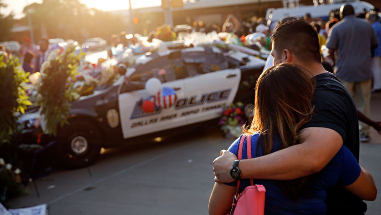 Luis Sone en zijn vriendin Maritza Garica rouwen om de vijf omgekomen politieagenten Beeld ap