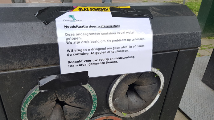 In Deurne bij de Jan Linders aan de Helmondseweg is een noodsituatie ontstaan met de ondergelopen glascontainers op de parkeerplaats.