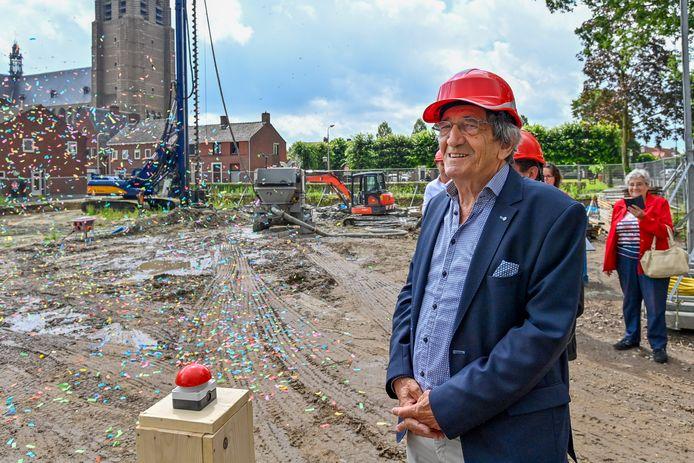 02-07-2020 - Wouw - Foto:  eerste paal geslagen van het nieuwe verzorgingshuis Leonardushof in Wouw. Dat gebeurt door meneer Cales.