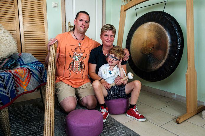 Carmen van Pul en haar man John van der Heijden en hun zoontje Dyami.