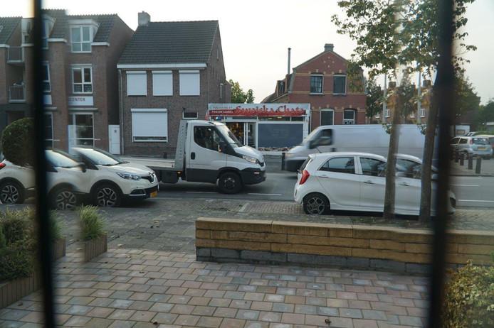 Buuurtbewoner Barro Wijkmans ergert zich aan de overlast rondom de Poolse supermarkt aan de Gastelseweg in Roosendaal.
