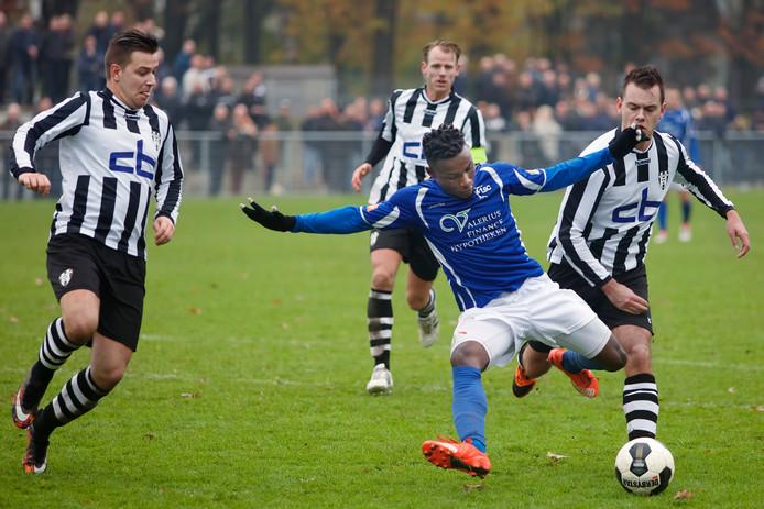 TSC-speler Jonathan Yuya (blauwe shirt) wordt op de huid gezeten door Oosterhout-spelers Kevin van den Heijkant, Stijn Biemans en Mathieu Kops (van links naar rechts).