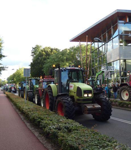 Tientallen boeren doen in Veenendaal aangifte tegen minister van Landbouw