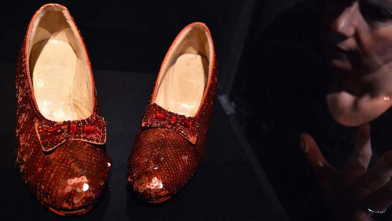 De rode schoenen die door Judy Garland werden gedragen in The Wizard of Oz Beeld afp