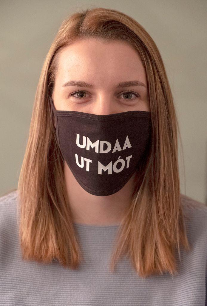 Jessie Jacobs maakt mondkapjes met Groesbeekse teksten.