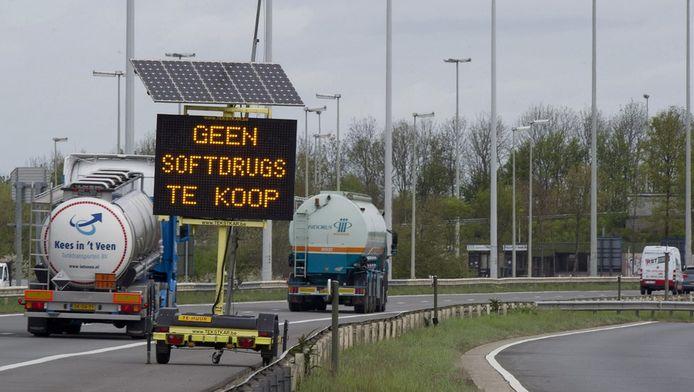 Langs de invalswegen rond Maastricht worden drugstoeristen via matrixborden op de nieuwe regels gewezen.