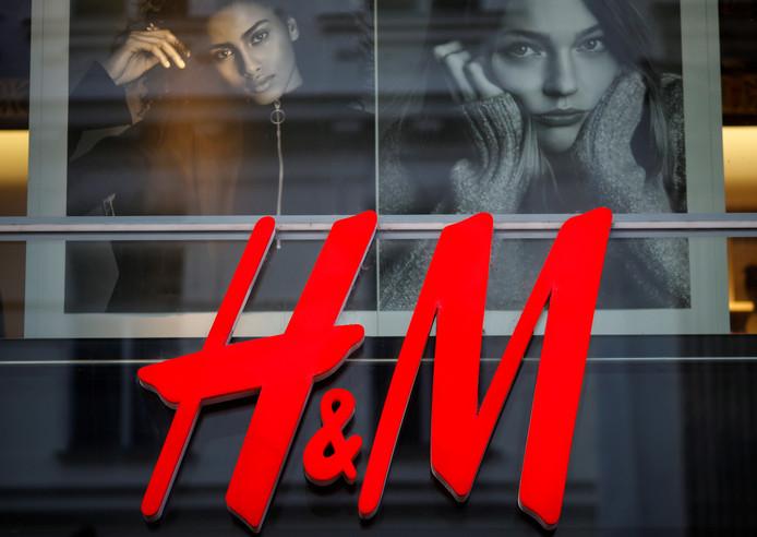 Het logo van het Zweedse modelabel H&M in een winkel in Wenen.