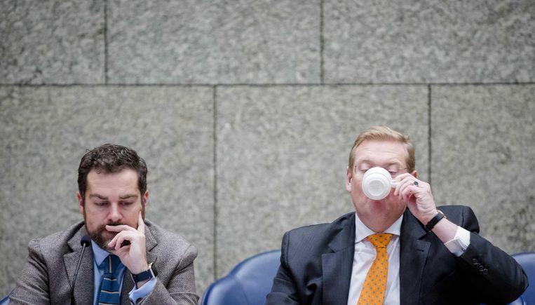 Staatssecretaris Klaas Dijkhoff (L) van Veiligheid en Justitie en Minister Ard van der Steur van Veiligheid en Justitie. Beeld anp