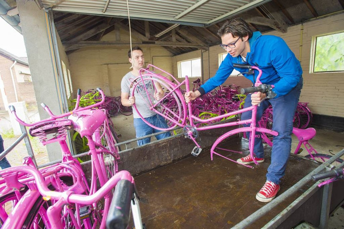 Gijsbert (rechts) en Daan laden de fietsen in. Foto Maarten Sprangh