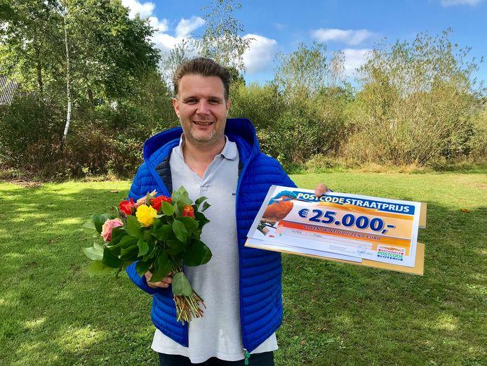 Joep is een van de gelukkige winnaars van de Postcodeloterij in Nispen met zijn lot waarop een prijs van 25.000 euro viel.