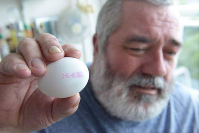 Cees Nieuwkerk samen met een verdacht ei die nog over was van zijn aankoop.