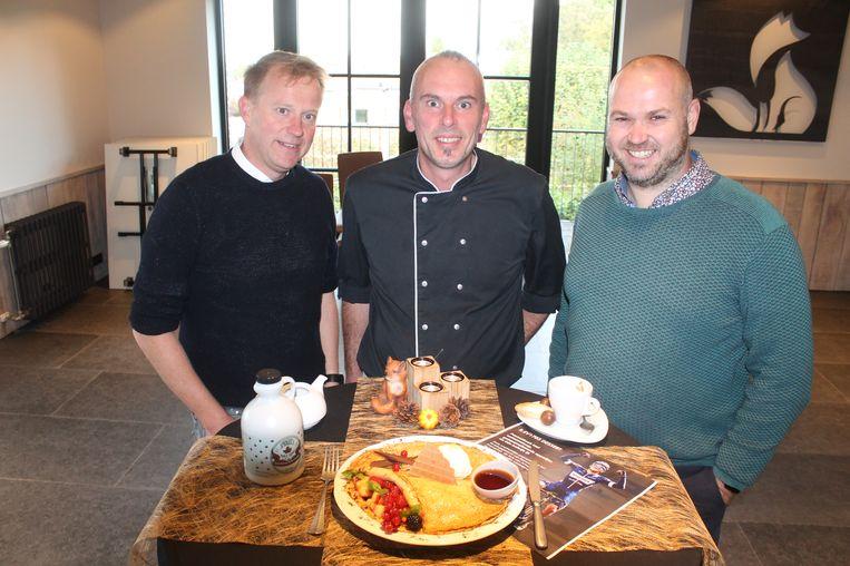 Zaakvoerders Dirk Evenepoel en Tom Spapens stellen, samen met chef-kok Steven Fosco (centraal), het R.EV 1703 dessert voor. De stevige pannenkoek is het lievelingsgerecht van wielertalent Remco Evenepoel.