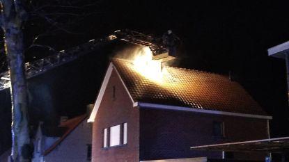Woning tijdelijk onbewoonbaar na zware brand op zolderverdieping