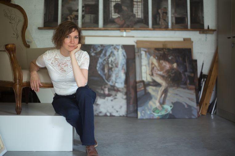 Maartje Elants met achter haar het inmiddels beroemde schilderij 'waadster bij groen teiltje'
