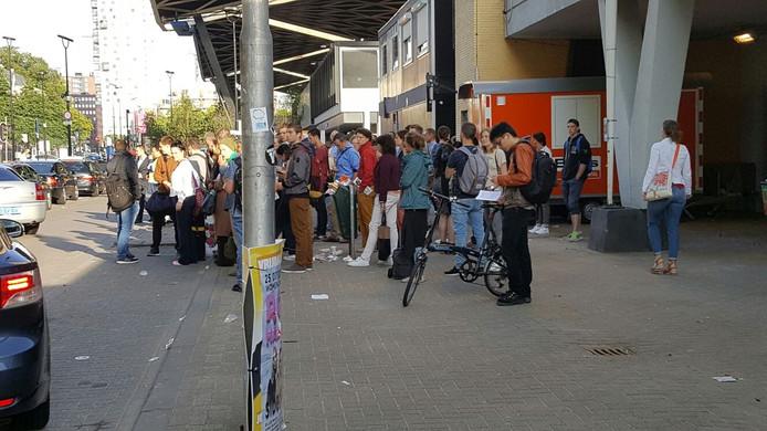 Op het station in Tilburg zijn dinsdag veel reizigers gestrand.