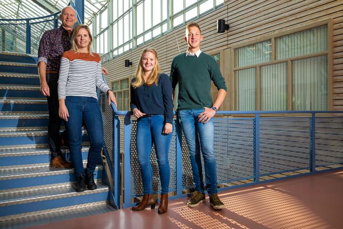 De docenten Peter Jacobs en Ellen den Hertog met vierdejaars student Daniëlle Loonen en eerstejaars Arie van Eck in de hal van HAS Hogeschool Den Bosch.