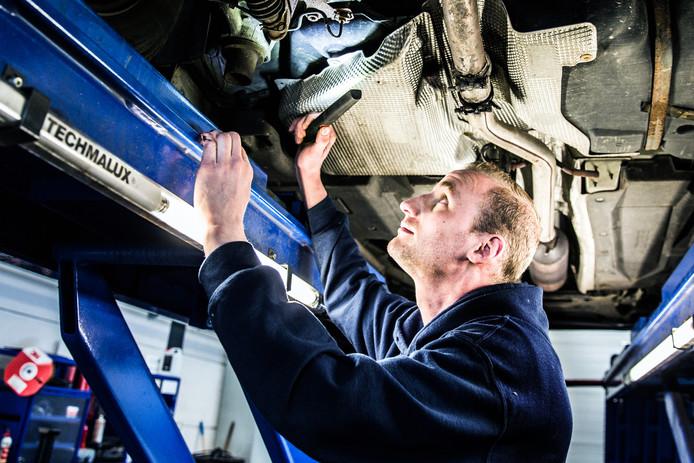 Visuele controle bij de APK. Lekkage van vloeistof kan voortaan al tot afkeuring leiden.