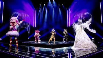 De Masked Singers knallen samen tijdens 'One Way Or Another'