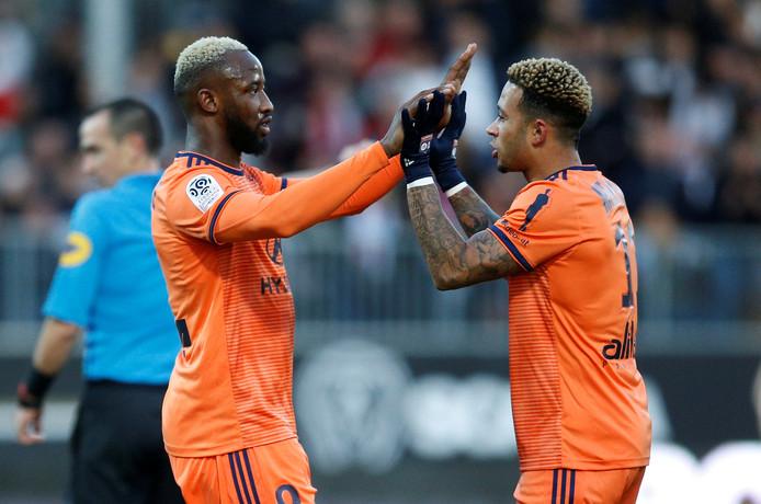 Memphis bedankt aangever Moussa Dembélé na zijn doelpunt.