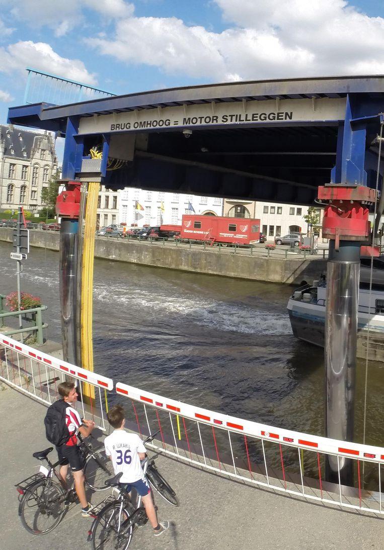Wachtende leerlingen bij de ophaalbrug over de Schelde.