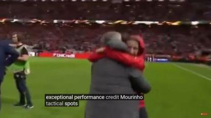 Mourinho laat emoties de vrije loop aan zijde van zoonlief en verduidelijkt met dit gebaar wie de 'nummer 1' is