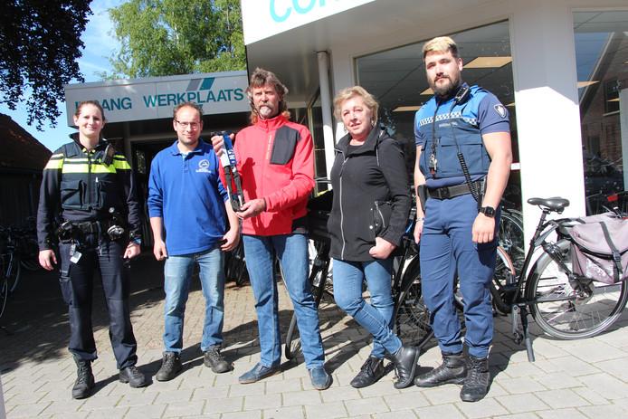 De winnende fietsers Bart en Helma van der Neut tussen politieagent Joske Nolsen, fietsenmaker Peter Post en gemeentelijk toezichthouder Maarten Peters.