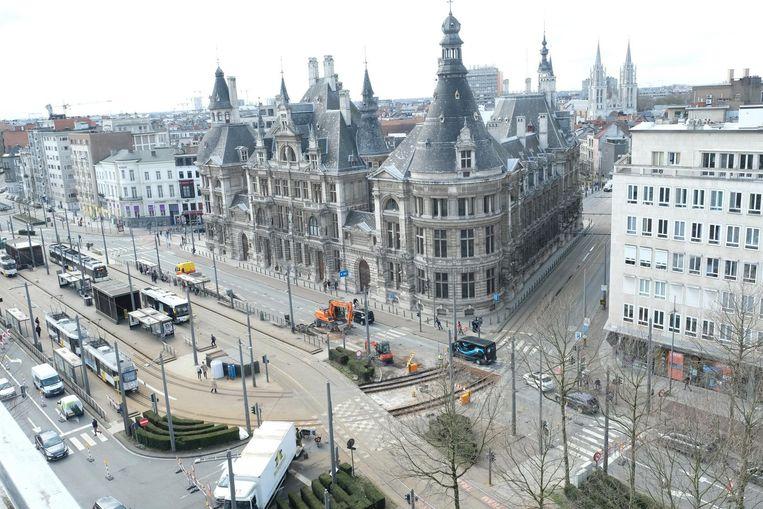 Door werken aan de tramsporen op de Frankrijklei, ter hoogte van de Nationale Bank, loopt het verkeer daar aardig in de soep.