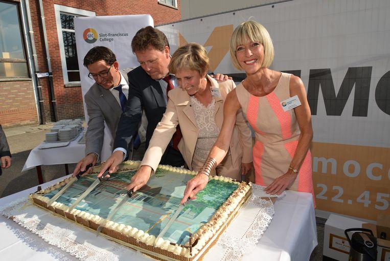 Burgemeester Mario Borremans, Jean-Paul Peuskens, Sonja Claes en Grete Remen snijden de feesttaart aan.