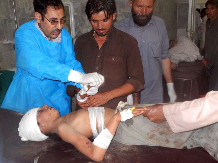 Dokters verzorgen een van de slachtoffers van de aanslag in met Mohmand-district.