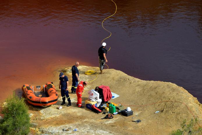 Forensische experts tijdens de zoektocht in het Kokkinopezoula meer, door zijn kleur ook wel het 'rode meer' genoemd.