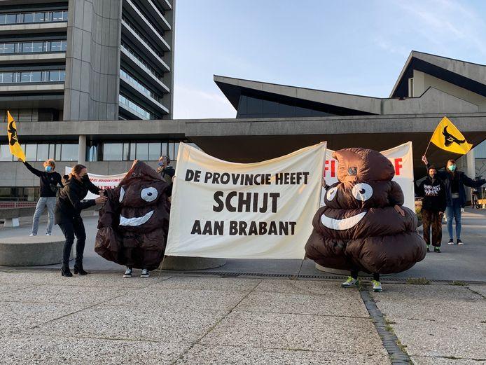 Activisten demonstreren bij het provinciehuis.