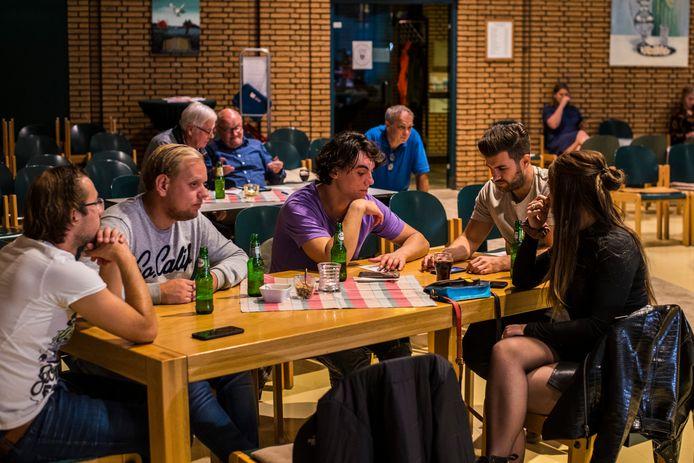 Het team Café Winkelbuis buigt zich over de vragen.
