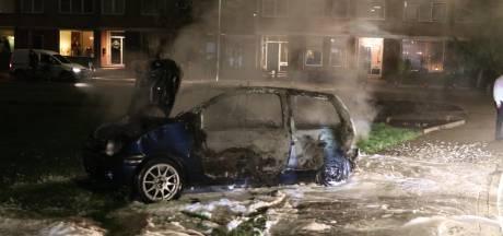 Geen rellen op Urk, wel uitgebrande auto's, ontplofte prullenbakken en urenlang vuurwerk: 'Ze halen het gewoon uit Duitsland'