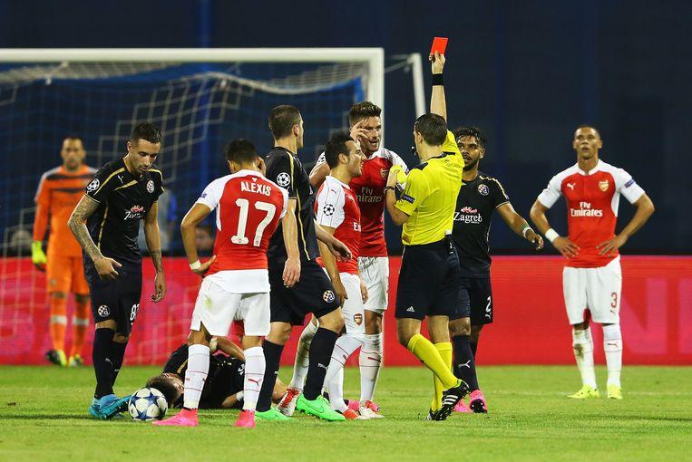 Olivier Giroud krijgt de rode kaart Beeld null