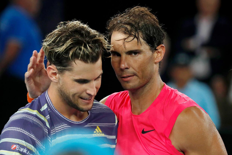 Rafael Nadal uit Spanje  complimenteert de Oostenrijker Dominic Thiem met de overwinning in de kwartfinale van de Australian Open. Beeld EPA