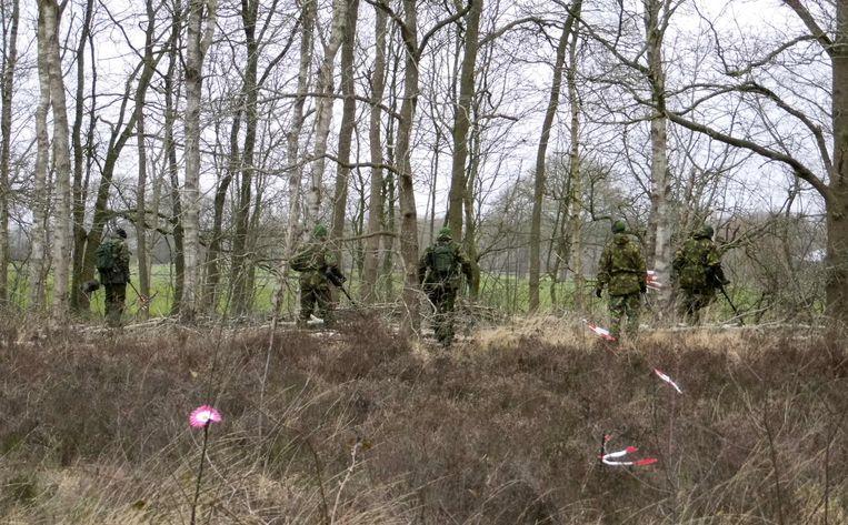 Speciale teams van Defensie zoeken naar sporen in Ruinen voor het onderzoek naar de moord op Yasmeen. Beeld anp