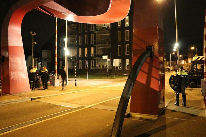 De ME staat paraat bij de Rode Brug in Ondiep, waar verderop in de Anton Geesinkstraat tientallen voetbalhooligans met elkaar op de vuist gingen.
