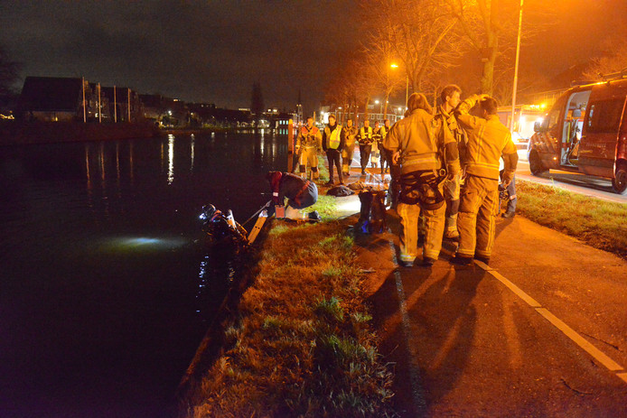 Twee duikteams van de brandweer controleren of alle inzittenden uit de auto zijn