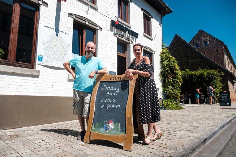 Rudi Schepers en Patricia Morias van cafe Bierpunt organiseren een kermis op het dorpsplein van Piringen. Voor het eerst staan er geen kermiskramen in het dorp.