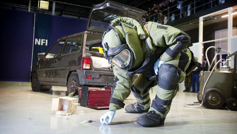 Een bom wordt onschadelijk gemaakt bij een demonstratie van het Nederlands Forensisch Instituut in Den Haag Beeld ANP