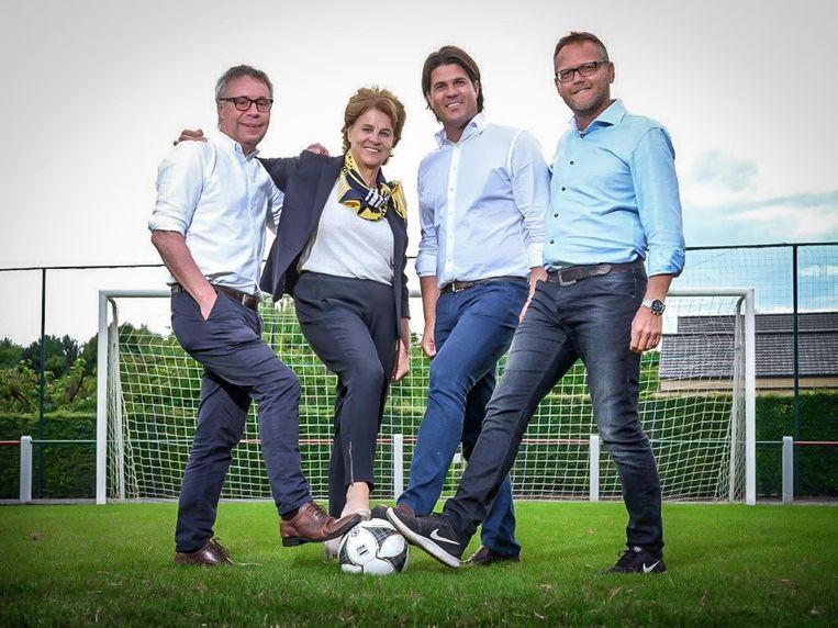 Johan Grauwels, Marieke Höfte, Igor Philtjens en Peter Croonen slaan de handen in elkaar.