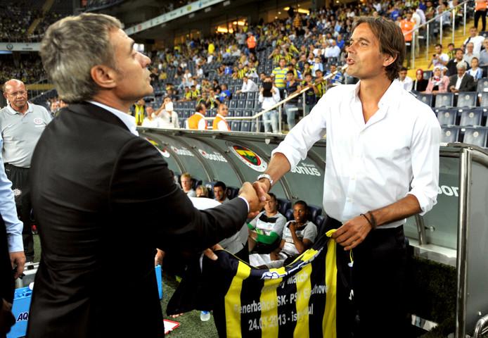 Ersun Yanal (l) schudt de hand van toenmalig PSV-coach Phillip Cocu op 24 juli 2013.