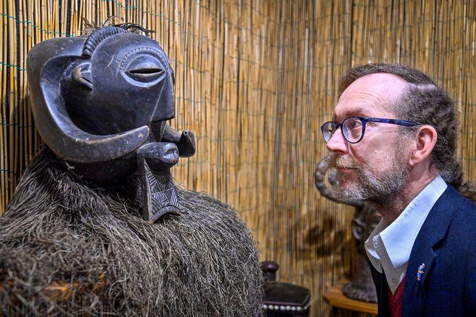 Moeten de Afrikaanse voorwerpen uit het museum in Oudenbosch terug naar het land van herkomst? Directeur Marcel Deelen (hier in gesprek met een gezichtsmasker van de klassieke Baluba-stijl) vertelt zijn visie.
